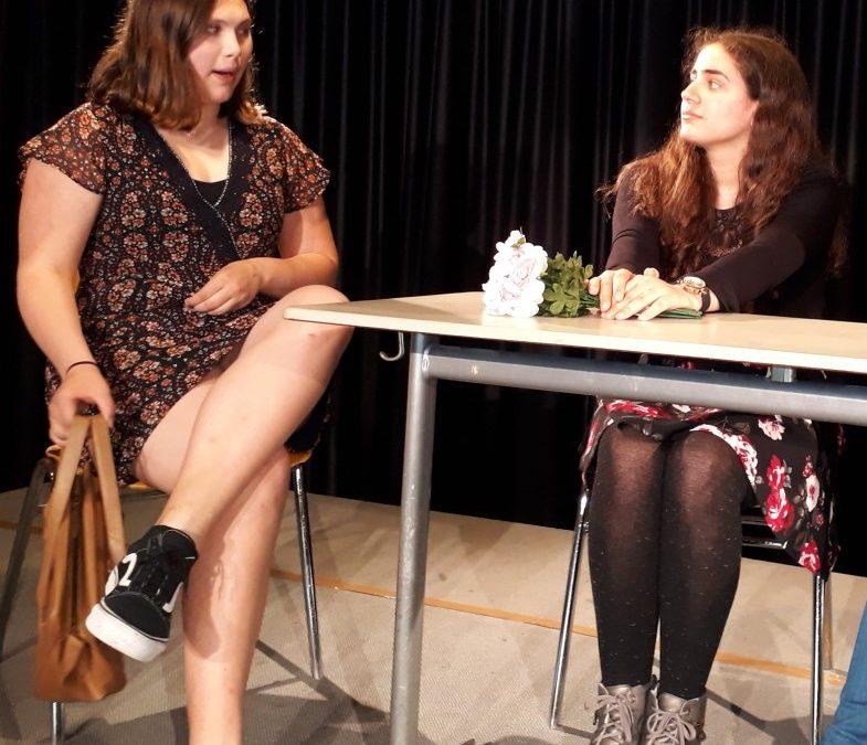 Wir sind perfekt! – Theatergruppe Backstage des Emsland-Gymnasiums führt Gesellschaftssatire auf