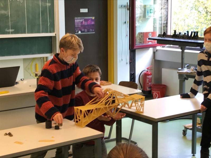 Jungingenieure biegen die Balken – Bericht aus dem Differenzierungskurs Physik Jgst. 9